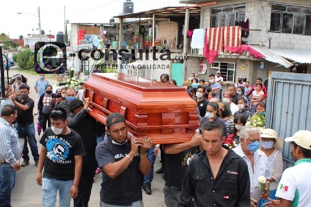 Con escolta y banda sepultan al policía José Luis en Puebla