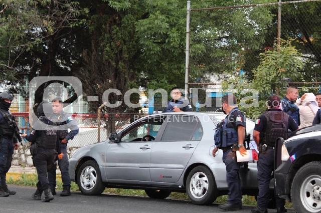 Agente armado de la Guardia Nacional moviliza a policía en Puebla