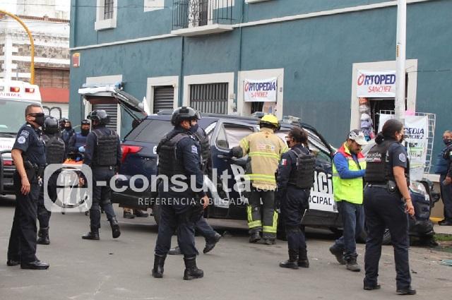 Patrulla va tras ladrones y choca contra 4 autos en Puebla