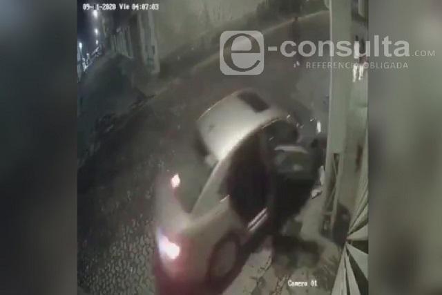 Video: roban vehículo y atropellan a una mujer en colonia de Puebla