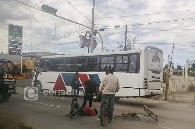 Patrulla de Amozoc ignora semáforo y atropella a ciclista