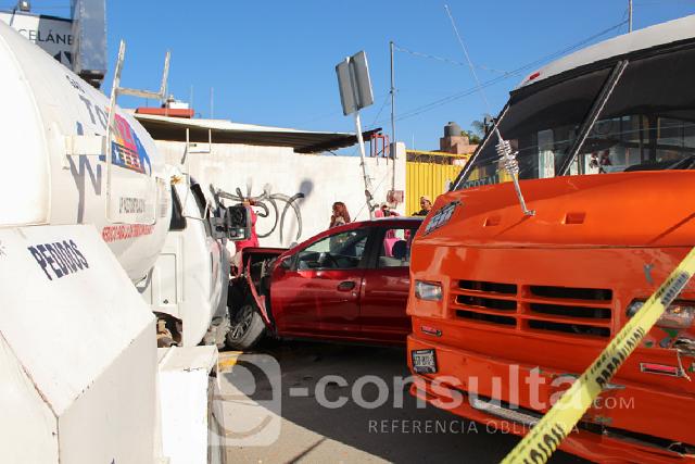 Pipa de gas embiste a 3 coches y un microbús en Xonacatepec