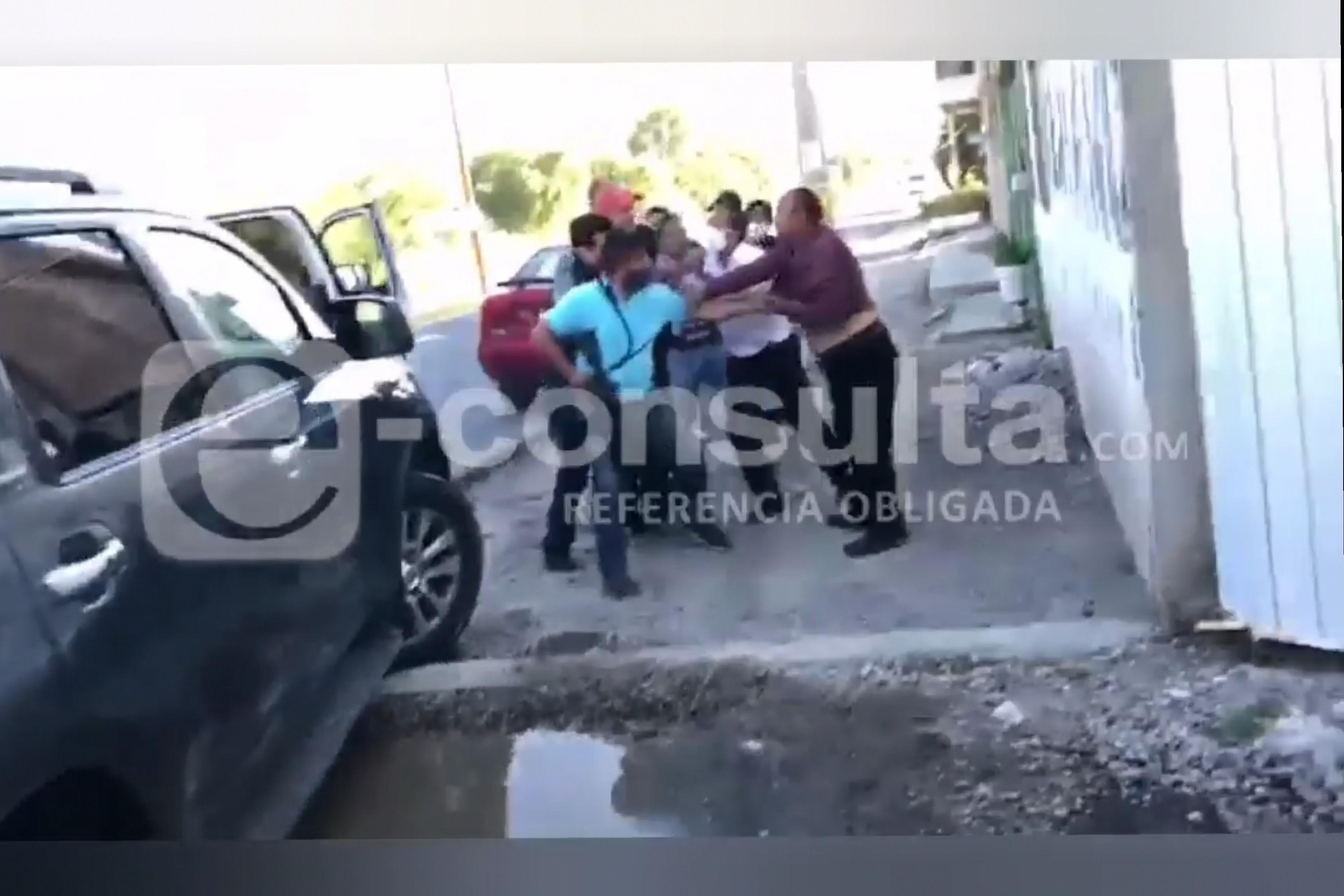 Con exceso de violencia, SSP somete a familia en Tecamachalco
