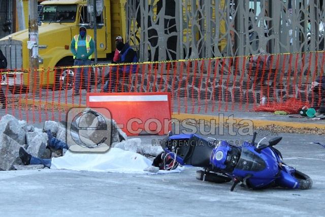 Motociclista muere tras chocar con obras del Bulevar 5 de Mayo