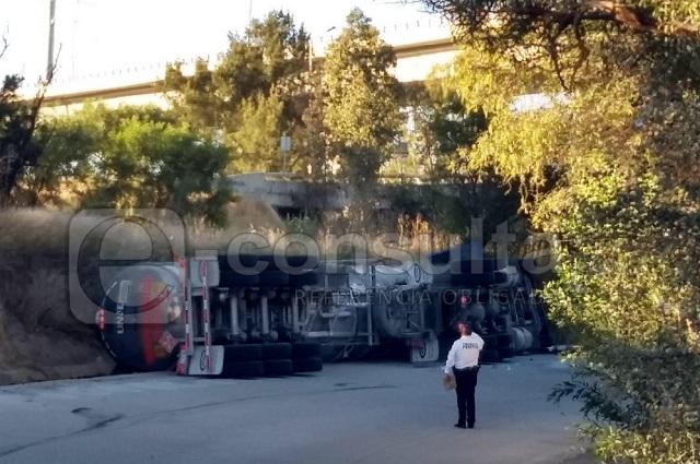 Pipa sufre fuga de gasolina tras volcar en la Puebla-Orizaba