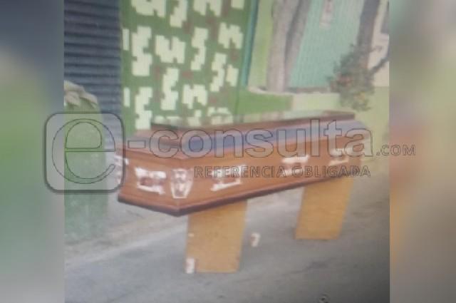Dejan en la calle el cadáver y ataúd de una mujer, en Puebla