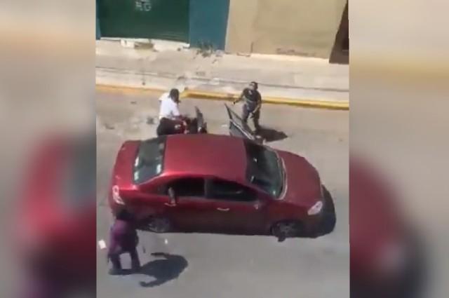 Video: policías con ropa de civil y en auto particular detienen a un hombre