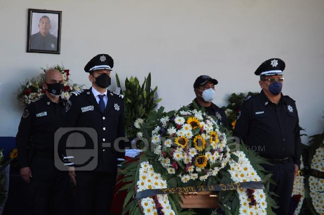 Rinden homenaje a uno de los policías asesinados en Jolalpan