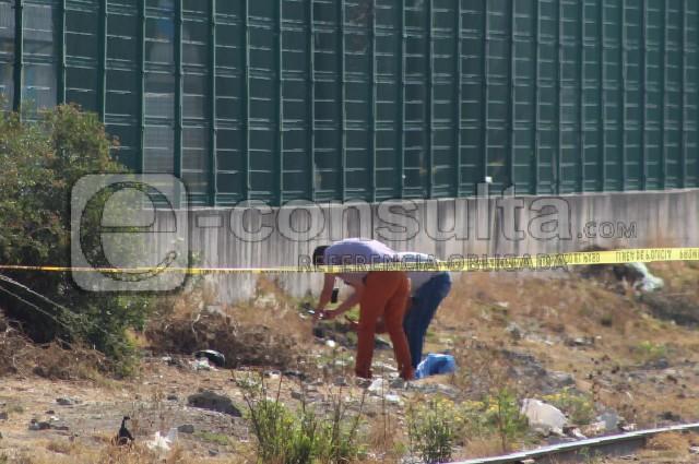 Calcinan a bebé y lo abandonan junto a las vías del tren en Puebla