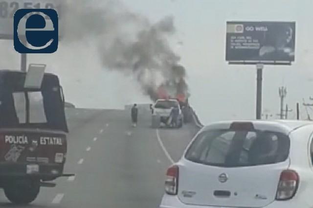Fuego consume camioneta en pleno Periférico Ecológico