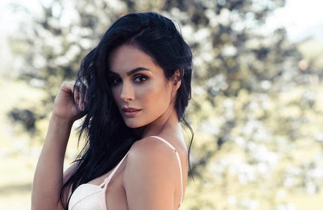 La modelo Adriana Pino posa y seduce en sexy lencería