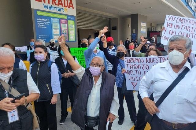 Adultos mayores protestan en CDMX por despido de Walmart