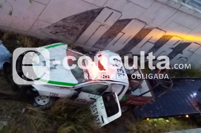 Agentes viales vuelcan al seguir auto que violó el Hoy no Circula