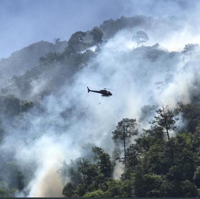 Aeronave cisterna combate incendio en Zacatlán