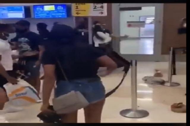 Video: Mujeres agreden a empleados de aerolínea