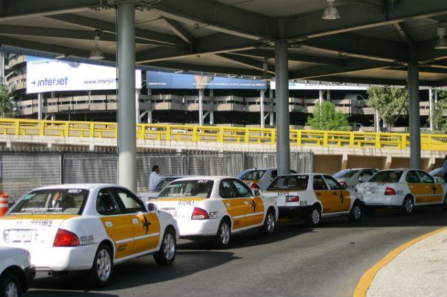 COFECE sanciona a taxis del AICM por monopolio en aumento de tarifas
