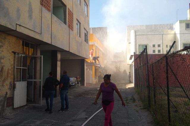 Rescatan a tres de incendio en casa habitación en Puebla
