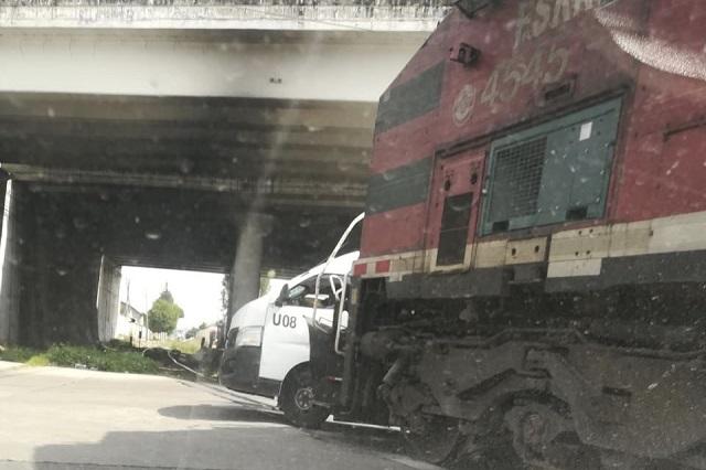 Se lleva el tren a combi de la Ruta 12 en colonia La Loma