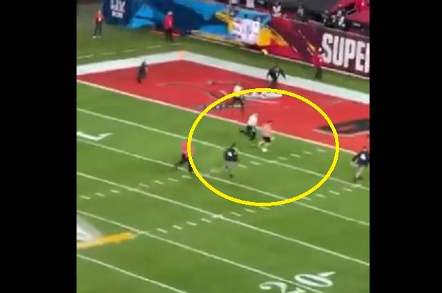 Sujeto logra entrar al campo de juego durante el Super Bowl LV