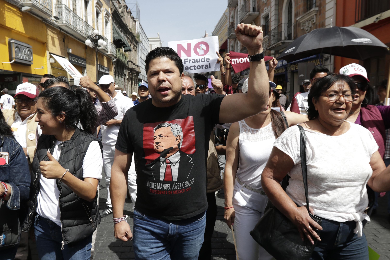 Se suman morenistas a marcha contra elección de gobernador