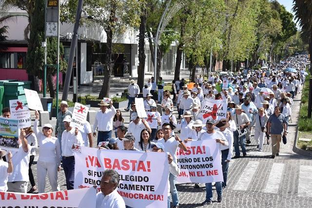 """Marchan poblanos contra AMLO; gritan: """"no somos chairos ni fifís"""""""