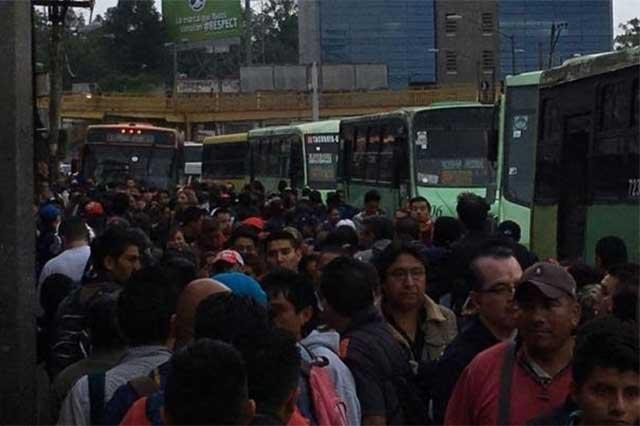Reportan aglomeraciones en camiones que suplen servicio de Línea 7 de Metro