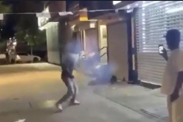 Indigna en redes video de jóvenes que arrojan cohetes a indigente