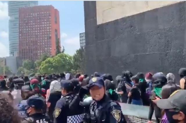 Mujer policía recibe martillazo durante marcha feminista en CDMX