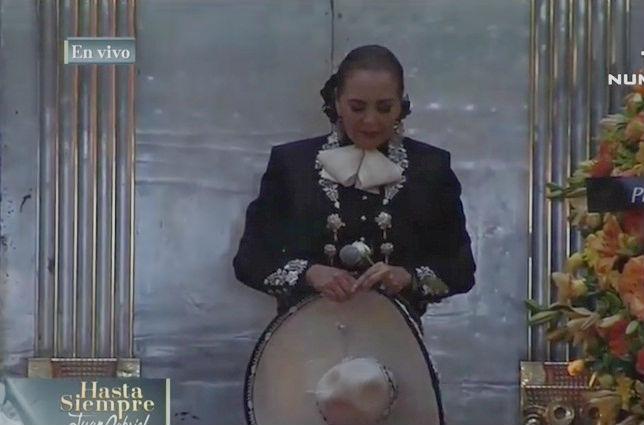 Emotiva despedida de Aida Cuevas a Juan Gabriel en Bellas Artes