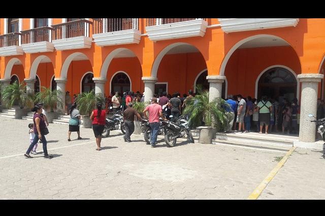 Protestan comerciantes de Ajalpan ante cierre del mercado por Covid-19