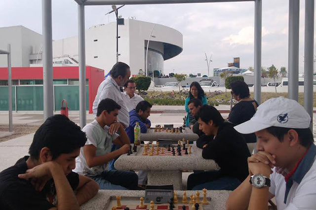 Clases gratuitas ofrece Parque del Ajedrez del CCU BUAP