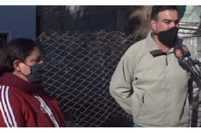 Albañil ofrece su mano de obra a cambio de computadora para su hija