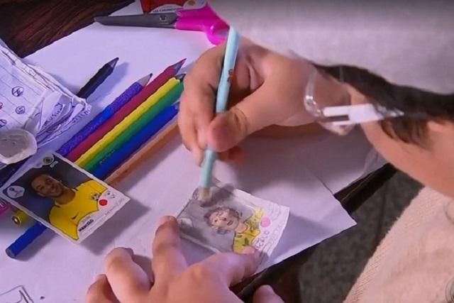 Por falta de dinero, niño dibuja sus propias estampas del álbum del Mundial