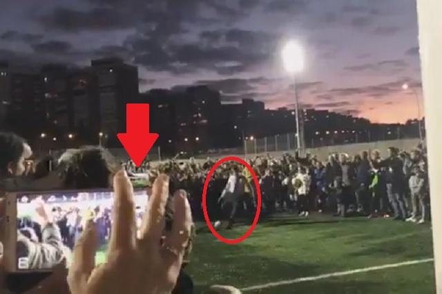 Alcalde de Madrid revienta el balón en cara de un niño durante inauguración