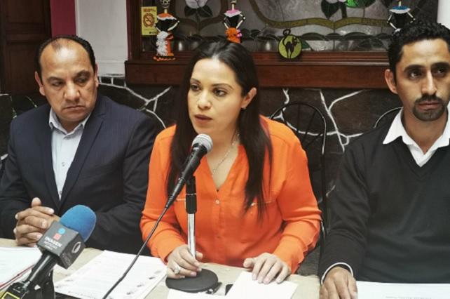 Acusa alcaldesa de Aquixtla a regidor por vandalismo y bloqueo