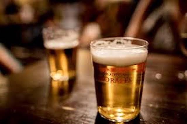 El alcohol que consumes está dañando tu cerebro