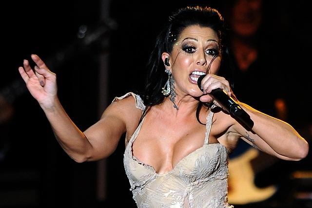 Alejandra Guzmán sufre accidente en escenario