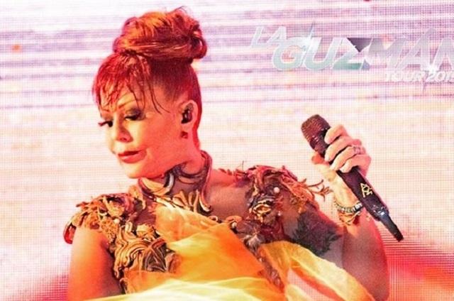 Alejandra Guzmán llora en concierto y manda mensaje a Frida Sofía