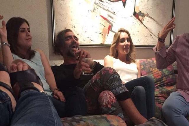 Captan a Alejandro Fernández brindando en pijama