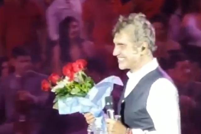 Video: Alejandro Fernández recibe flores de un hombre