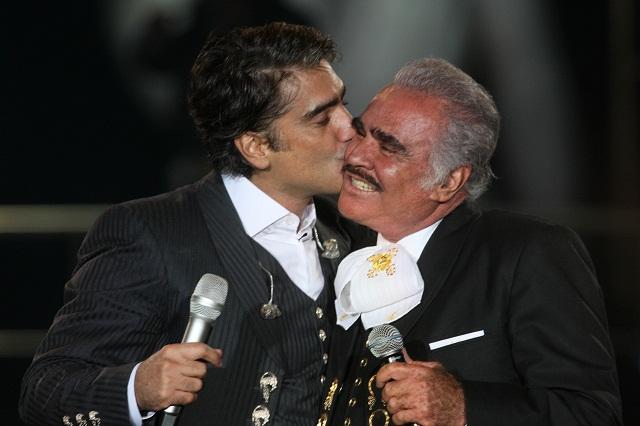 Alejandro Fernández canta las mañanitas a su papá Vicente Fernández