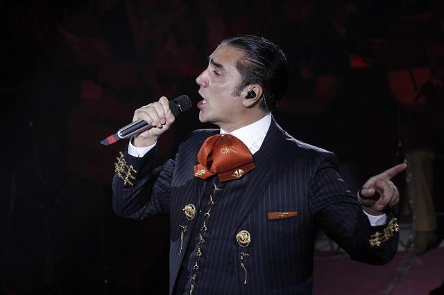 Alejandro Fernández es entrevistado ebrio y se divierte con la prensa