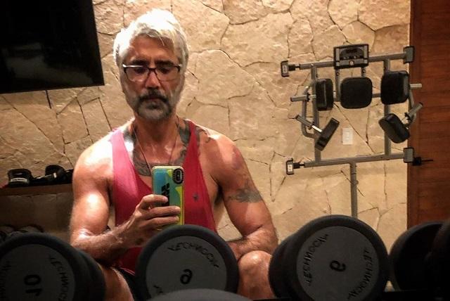 Alejandro Fernández presume cómo luce a los 49 años de edad