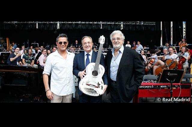 Alejandro Sanz dona una guitarra personalizada a la Fundación Real Madrid