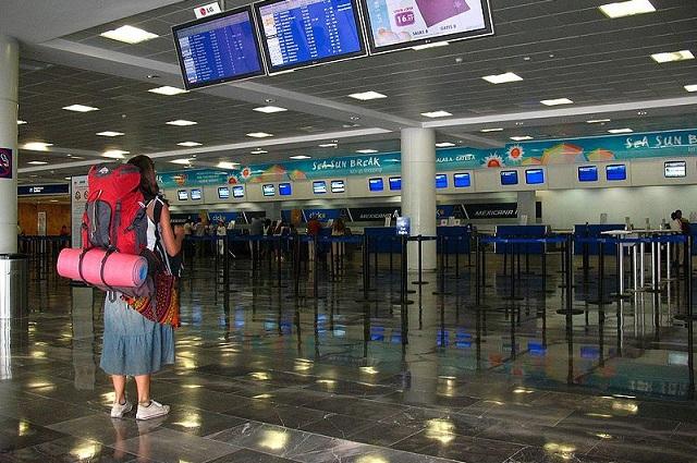Mujer alemana vive en aeropuerto de Cancún desde hace 6 meses
