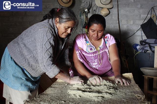 Demetria rescata alfarería prehispánica con barro de Zapotitlán