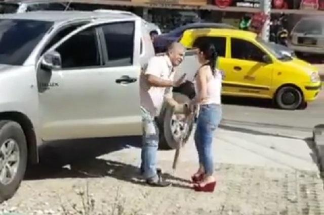 Encontró a su esposo con su amante y lo enfrentó con bat