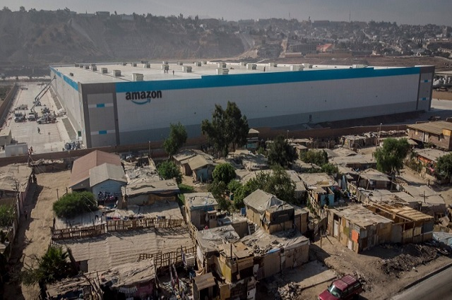 Nueva sede de Amazon entre casas de cartón en México
