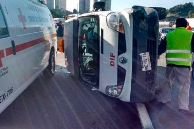 A toda velocidad, Mercedes Benz provoca volcadura de ambulancia