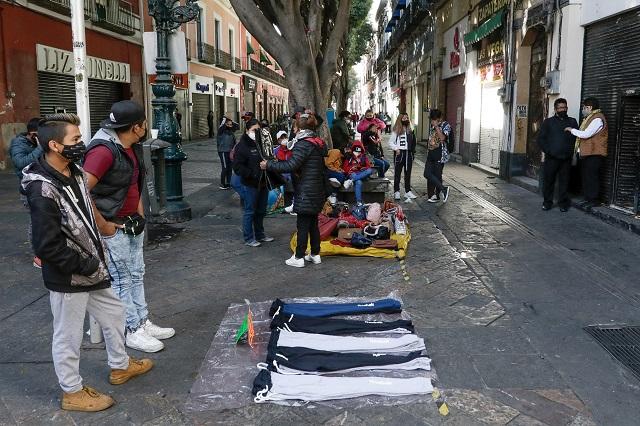 Arman 'mercado' ambulantes y comercios pese a cierre en Puebla